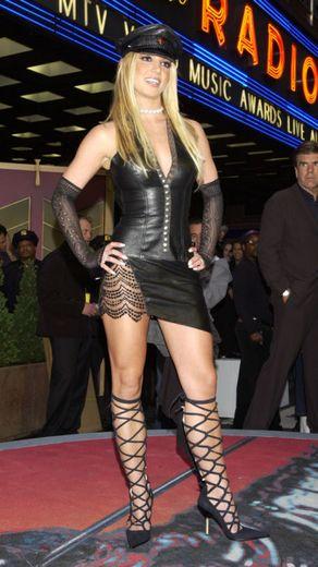 Britney távolodik a cuki tinilány imidzstől és közeledik a domina felé
