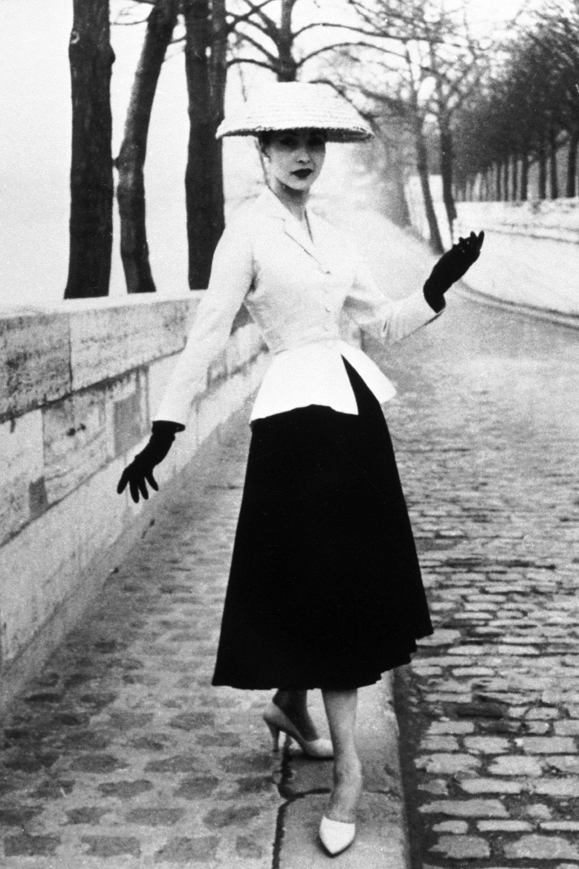 Christian Dior 1947-es New Look ruhája épp nőiessége kapcsán lett botrányos. Sok nő úgy érezte, vissza akarják őket kényszeríteni a fúzők világába.