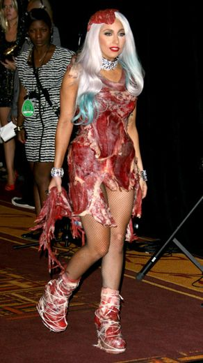 Lady Gaga és a Franc Fernandez által tervezett húsruha, amit a 2010-es MTV VMA díjátadón viselt. Mindenki abban reménykedett, hogy a légkondi maxon pörög majd és nem romlik rá! - Fotó Rex Features