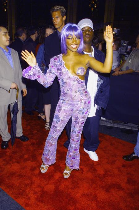 Lil Kim csillogó, mellbimbó tapaszos overallja az 1999-es MTV VMA-ről még Miley Cyrust is megihlette - Fotó Rex Features