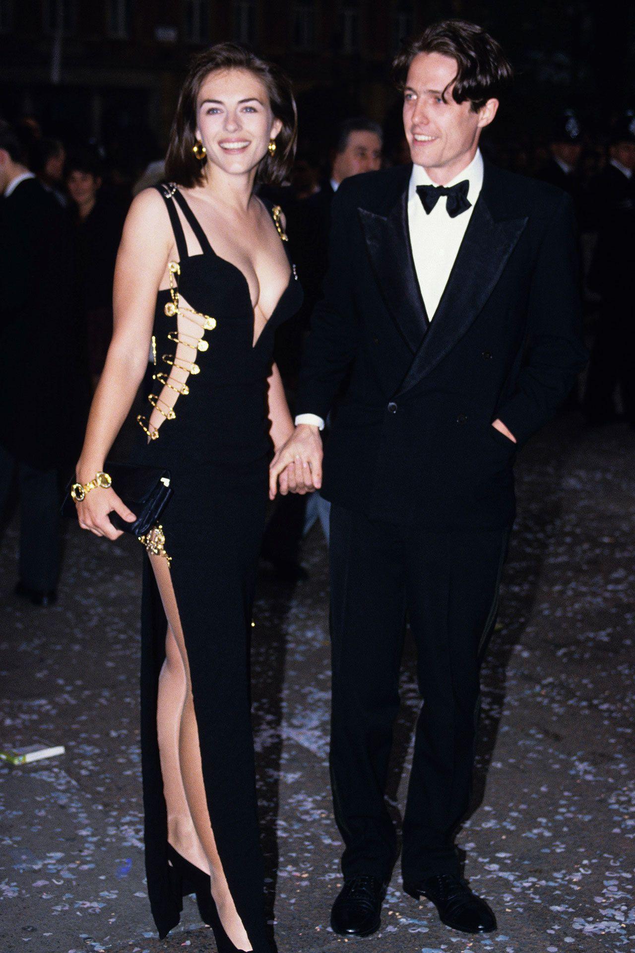 Liz Hurley az ikonikus biztosítótűs Versace ruhában, oldalán Hugh Granttel, a Négy esküvő és egy temetés 1994-es bemutatóján