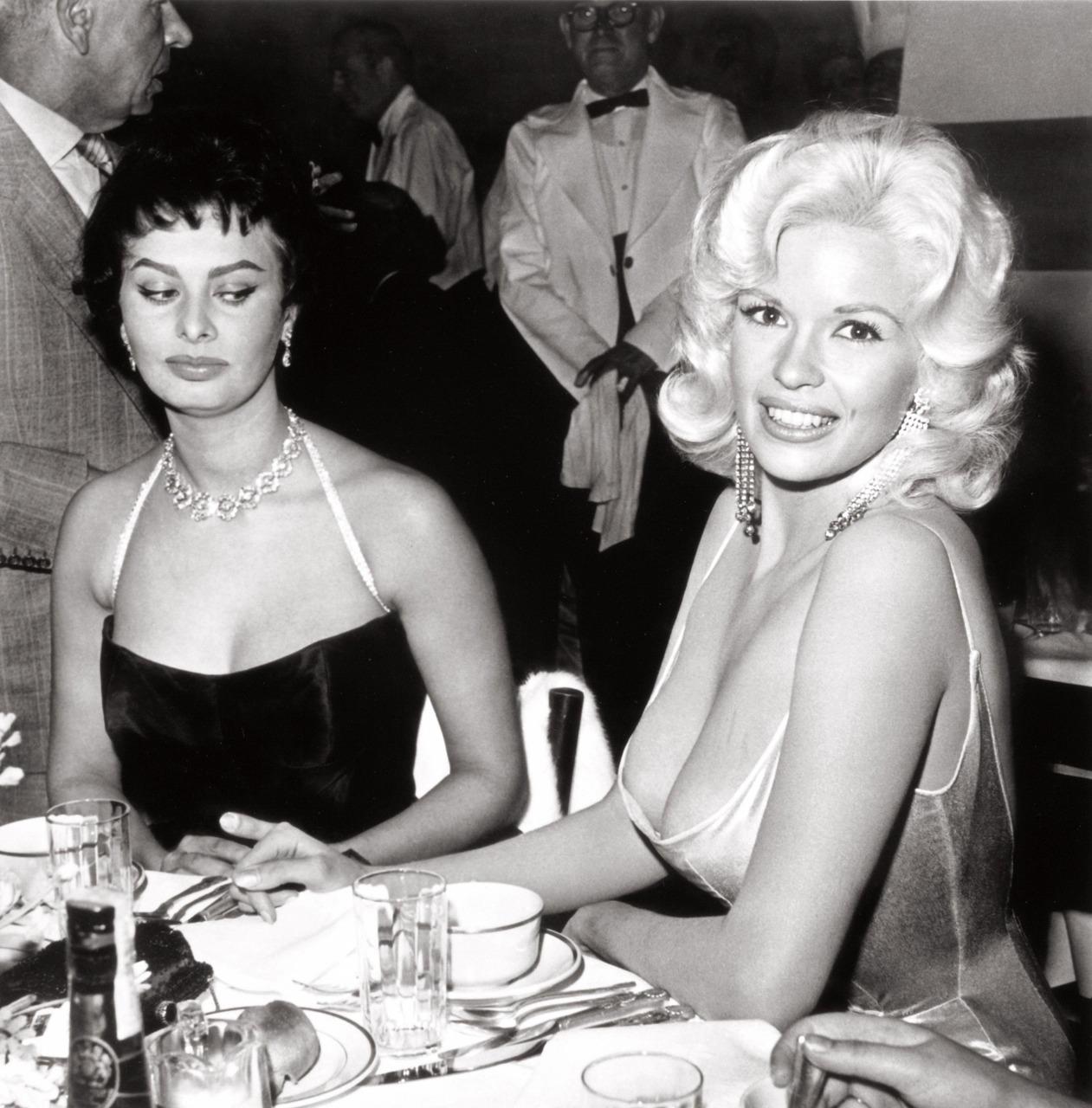 Igen, pont arra gondol Sophia, amire ti is! Jayne Mansfield imádta a figyelmet.