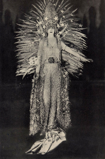 Luisa Casati márkinő magát a fényt testesítette meg egy 1890-es jelmezbálon - azóta is több tervezőt inspirált, köztük a Chanel és Dior divatházakat