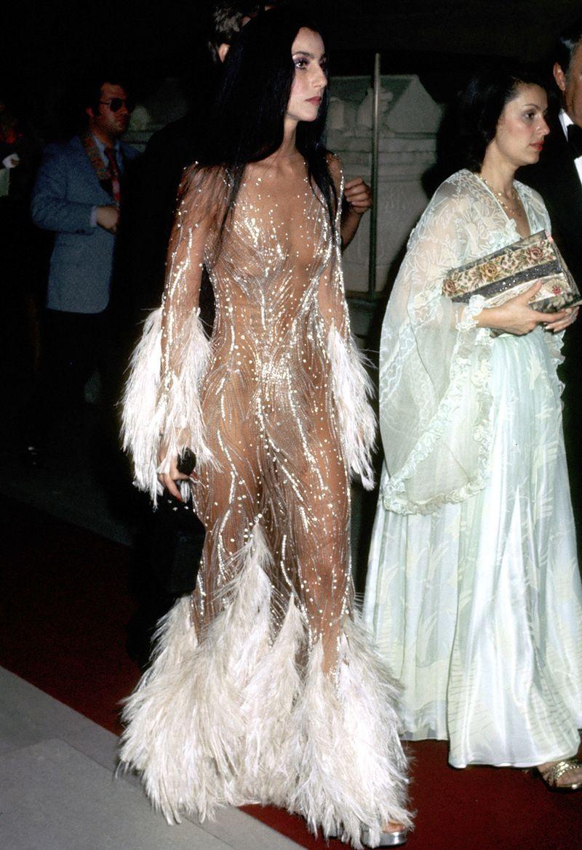 Cher tollakkal díszített ruhája 1971-ből, ami Kim Kardashiant is megihlette 2015-ben