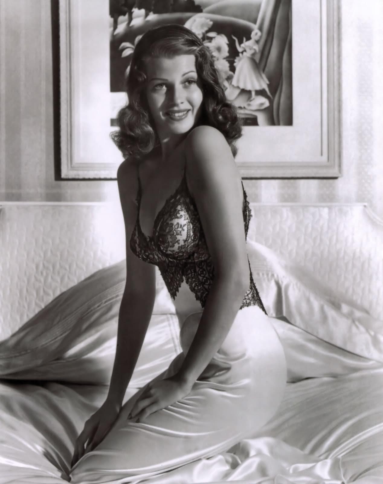Rita Hayworth, a pinup lányok alfája és omegája, egy csodás neglizsében