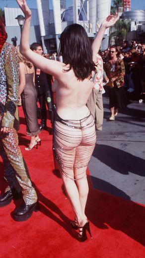 Rose McGowan fenékláncos, és elöl sem sokat takaró ruhájával zárjuk a sort, ami sok mindenkinél kiverte a biztosítékot. Egy kicsit talán sok, igaz?