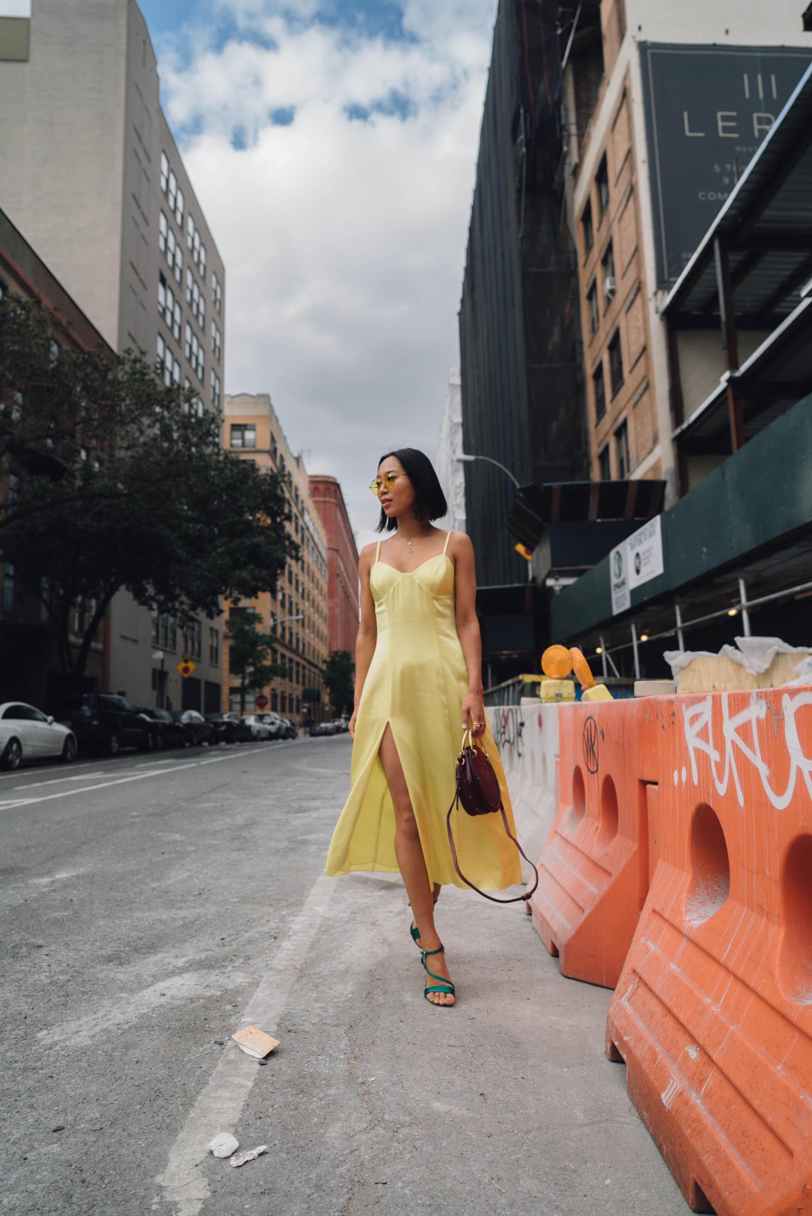 Aimee Song blogger zöld pántos szandállal kapta fel a kombinét