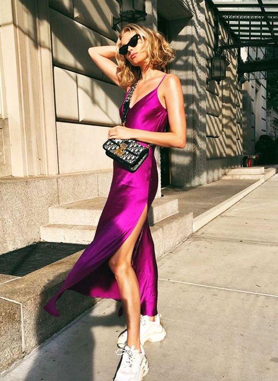 Egy élénk színű slip dress olyan, mint egy felkiáltójel <br />