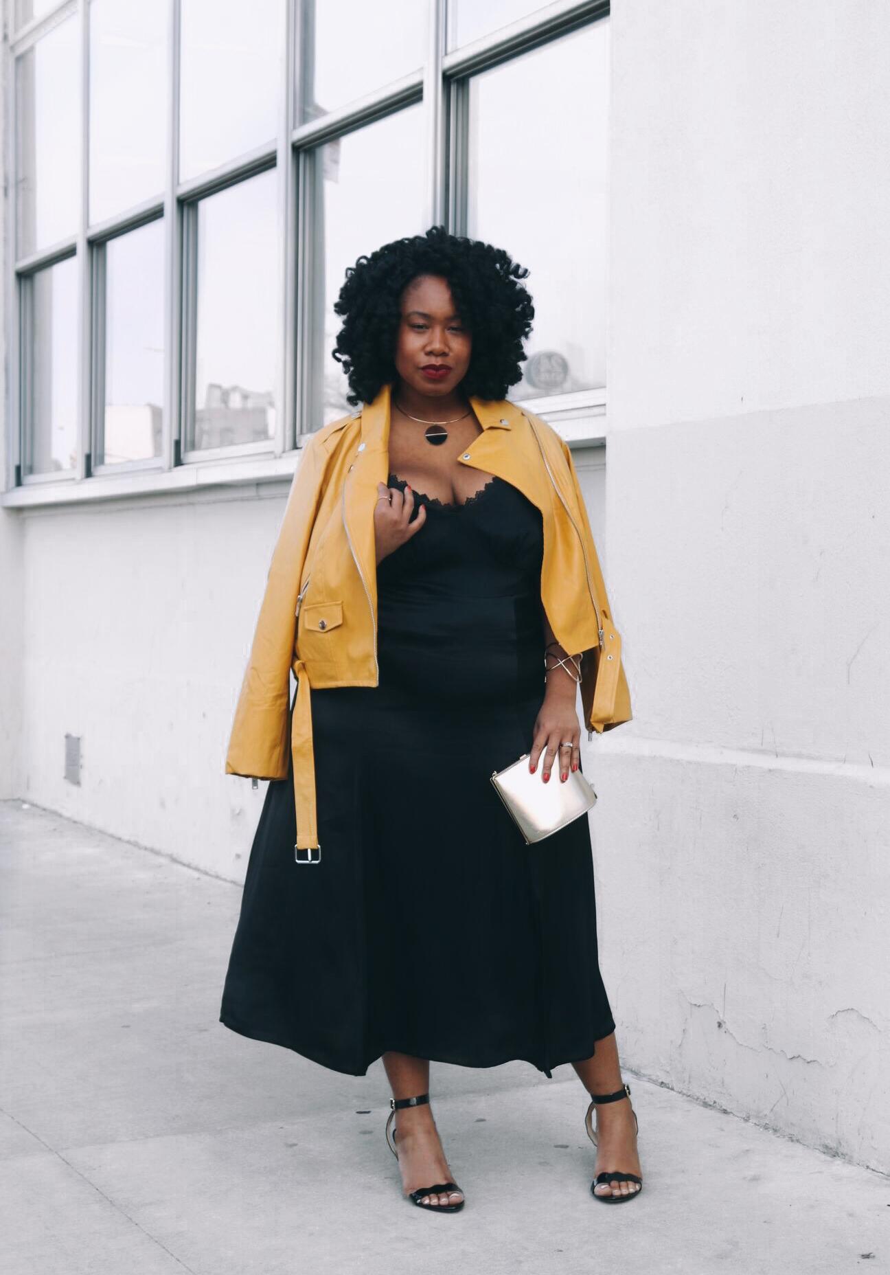 Ez a szuper, sárga dzseki jól feldobja a fekete kombinét