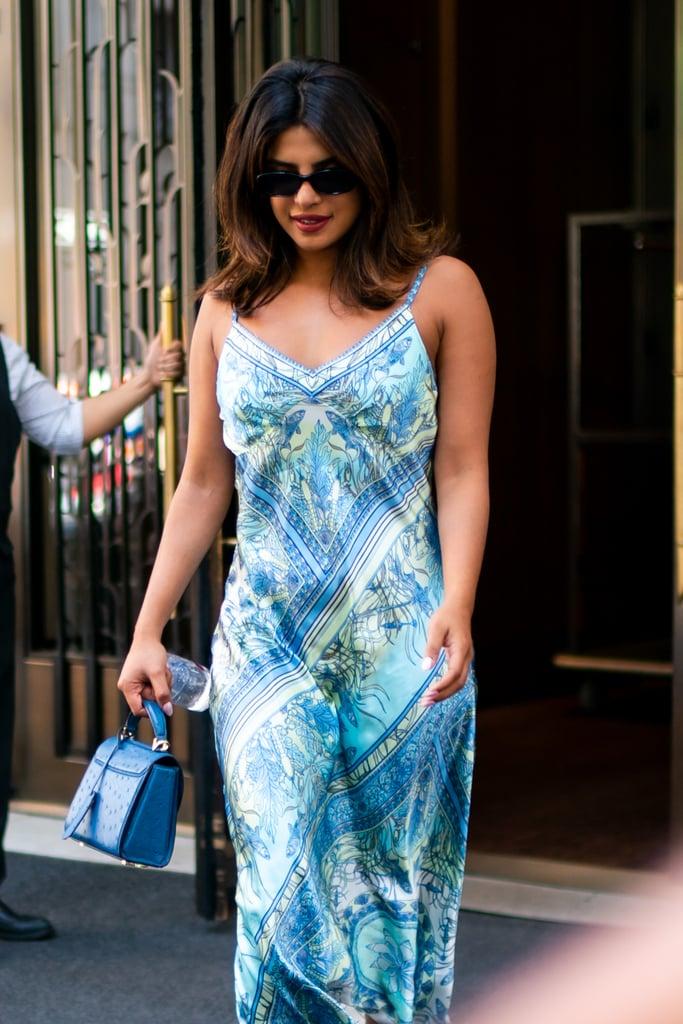 Priyanka Chopra kendőmintás slip dress-ben, ami inkább a nyárhoz passzol