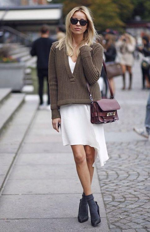 Mélyen dekoltált pulcsival, hogy látsszon a ruha is