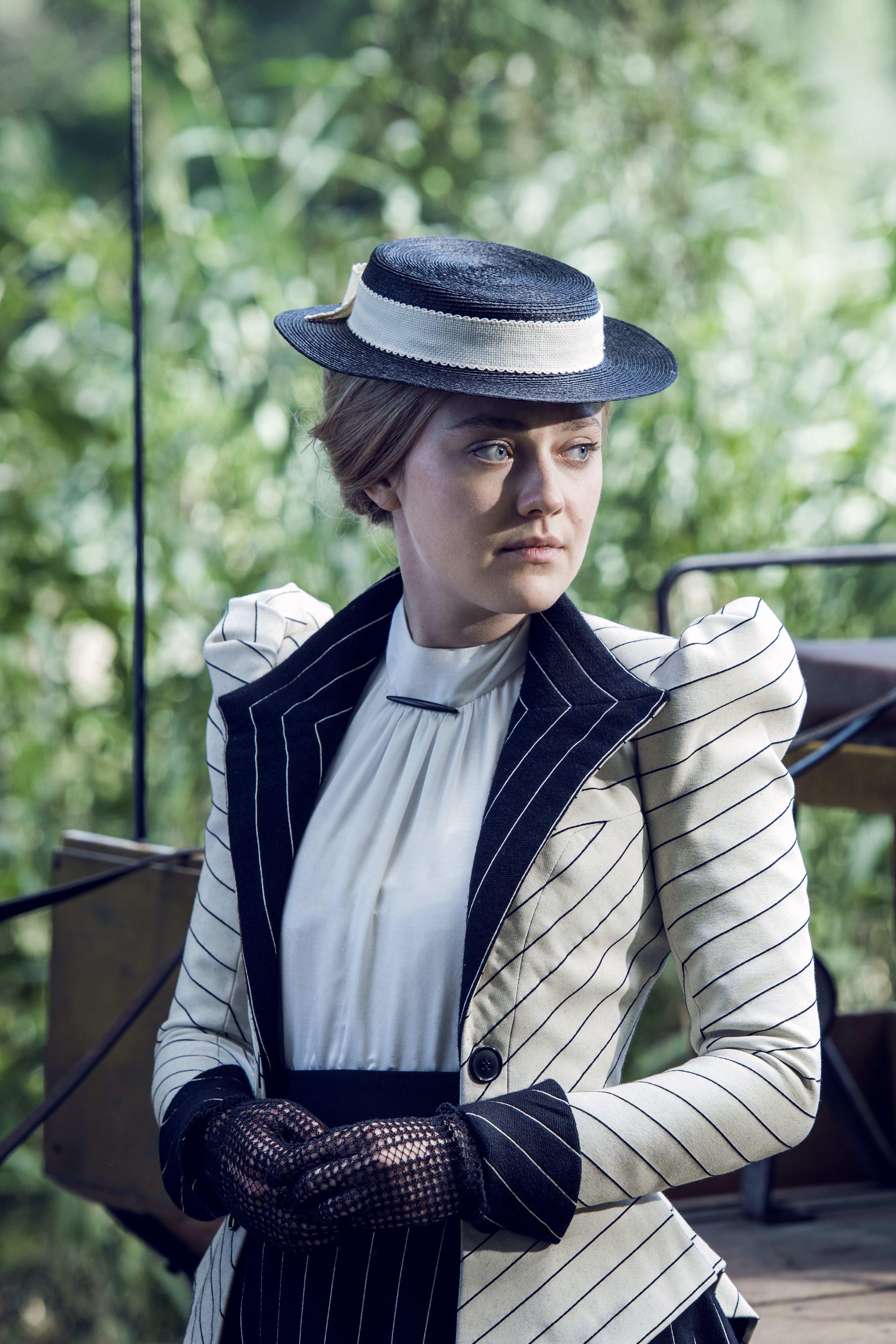 The Alienist - Dakota Fanning ugyan rengeteget panaszkodott a fűzőre, de a Magyarországon forgatott sorozat kosztümjei csodásak