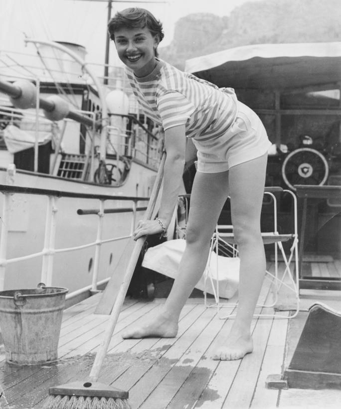 Audrey nagy takarításban, ha már matróznak öltözött