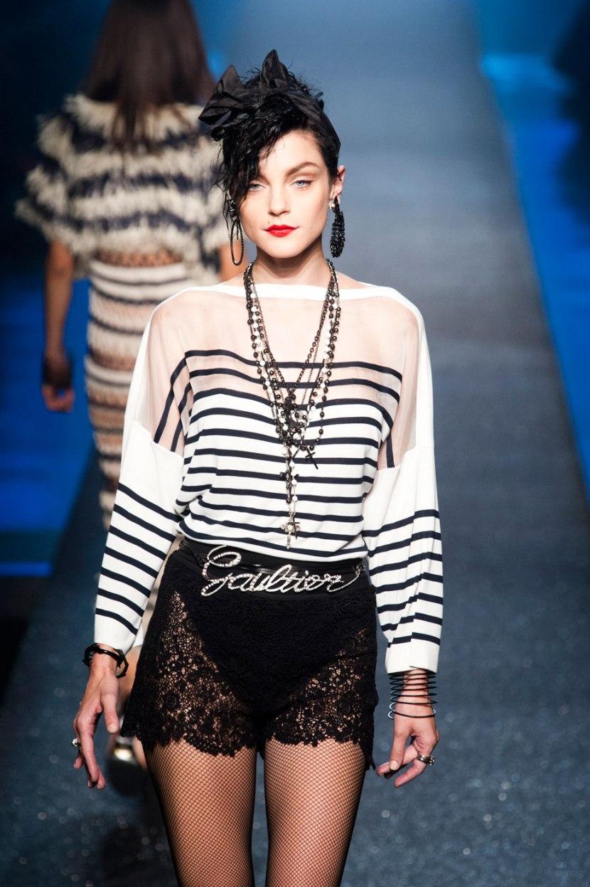 Egy modell Jean-Paul Gaultier 2013 tavasz-nyári kollekciójából