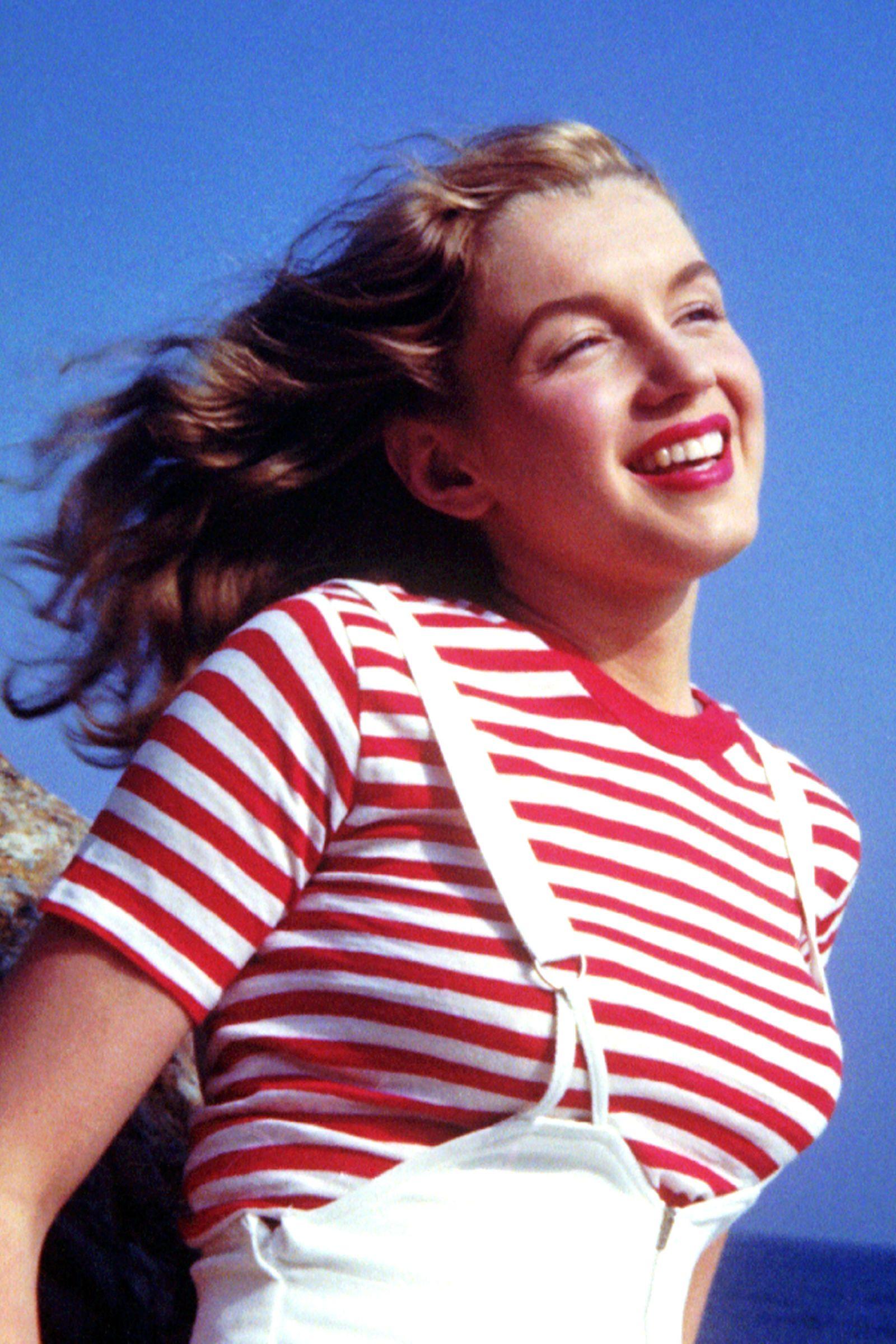 Marilyn Monroe fiatalon, színes csíkokkal