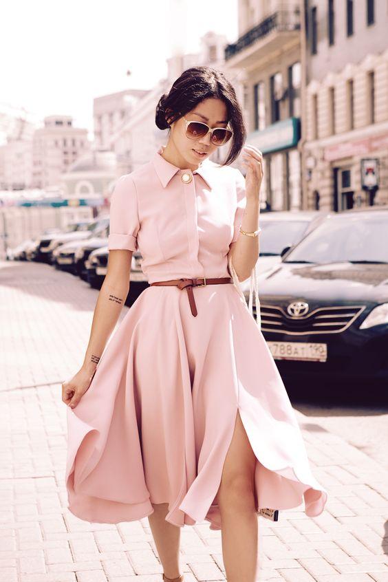 Az egyszínű ruhák nagyon jól nyújtják az alakot, tuti befektetések minden nőnek, testszínű szandállal még nyerőbb. Aki szeretné, kiemelheti a derekát egy vékony övvel is!