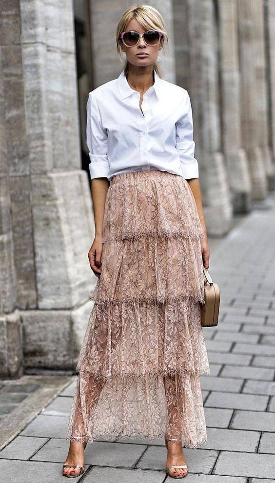 Sőt, a fehér ing egy csinos szoknyának is új arcát mutatja.