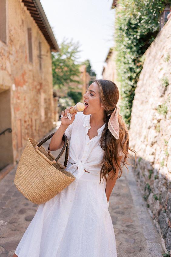 Fehér blúz crop topként és fehér szoknya, naná, hogy fonott táskával - itáliai lazaság!