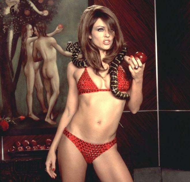 Liz Hurley A bájkeverő c. filmben, strasszos bikiniben