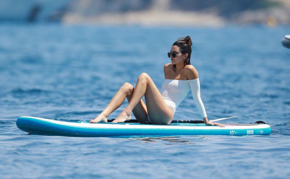 Kendall Jenner egy nagyon érdekes fürdőruhában pihenget
