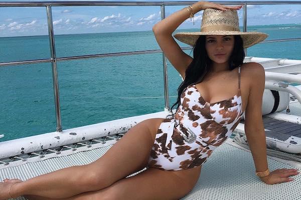 Kylie Jenner és a mintás fürdőruha