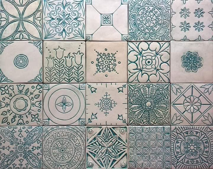 A BA Kerámia vegyes mintás csempéi jelenleg 35 különböző mintával elérhetőek. Gyönyörű, kézműves csempéket készítenek ők is, dorogi műhelyükben, egyedi igényekre szabva.<br />@bakeramia<br />