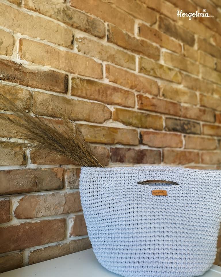 A Horgolmia márka designere, Kovács Szász Beáta újrahasznosított zsinorfonalból horgol leginkább táskákat, szőnyegeket, egyszerűbb, letisztult mintákkal és színekkel.<br />@horgolmia<br />