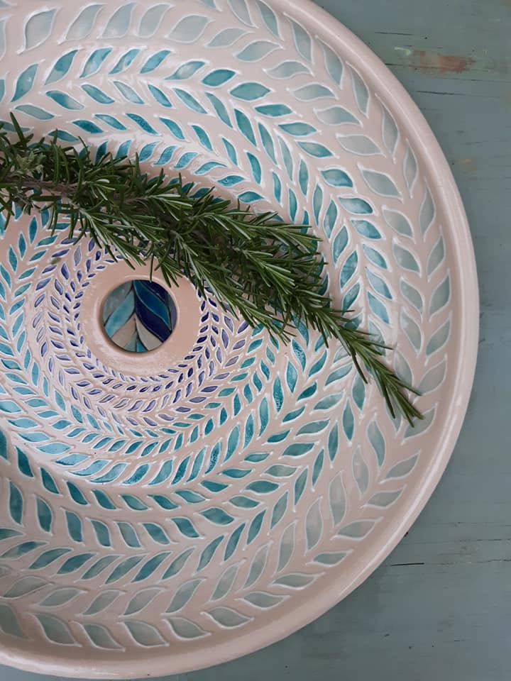 A Kamilla Kerámia leveles mosdótálja, kézműves csempékkel kiegészítve, a Hagyományok Háza Most van időm alkotni című pályázatának díjazottjai közt szerepel. Gyönyörű!<br />@kamillakeramia