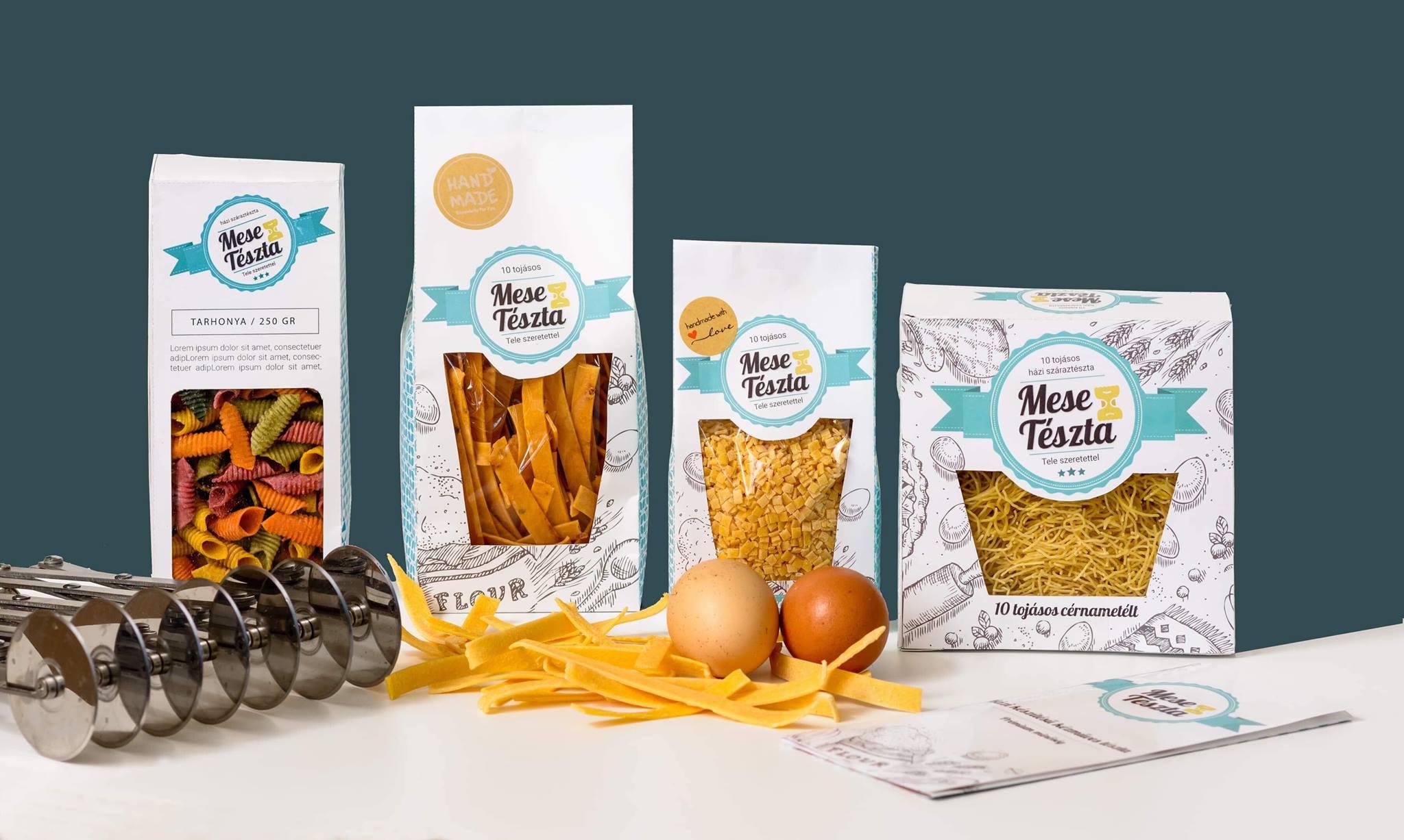 Weisz-Jakócs Emese a MeseTészta termékek megálmodója és gyártója, aki 3 gyerek mellett kezdett el adalékanyag mentes házi tésztákat készíteni saját tyúkjainak tojásaiból. Sokat kísérletezik, már ízesített és természetesen színezett tésztákat is készít.<br />@izenguzblog