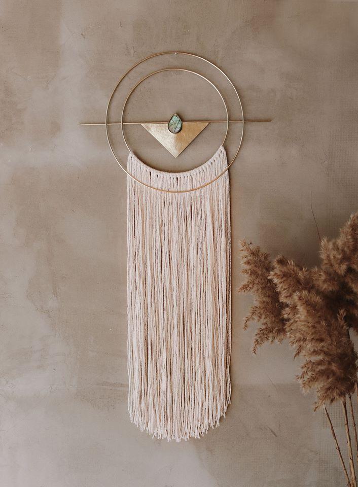 A Nalini két magyar alkotó közös világából bontakozik ki: a Nalini Jewelry ékszereket Farkas Rita, a Nalini Home otthon dekorációs- és rituális tárgyakat Gőrgényi Mea készíti. Alapanyagaik a természet kincsei, főként a réz, a nemesfémek és különböző ásványok. <br />@nalini.home<br />