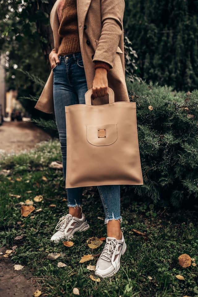 Szabó Léna, a Nelz márka alapítója, marhabőrből készít táskákat, általában   2 in 1 koncepcióban, azaz majdnem minden típust kétféleképpen lehet hordani, például shopper&backpack vagy válltáska&övtáska. <br />@NelzBag