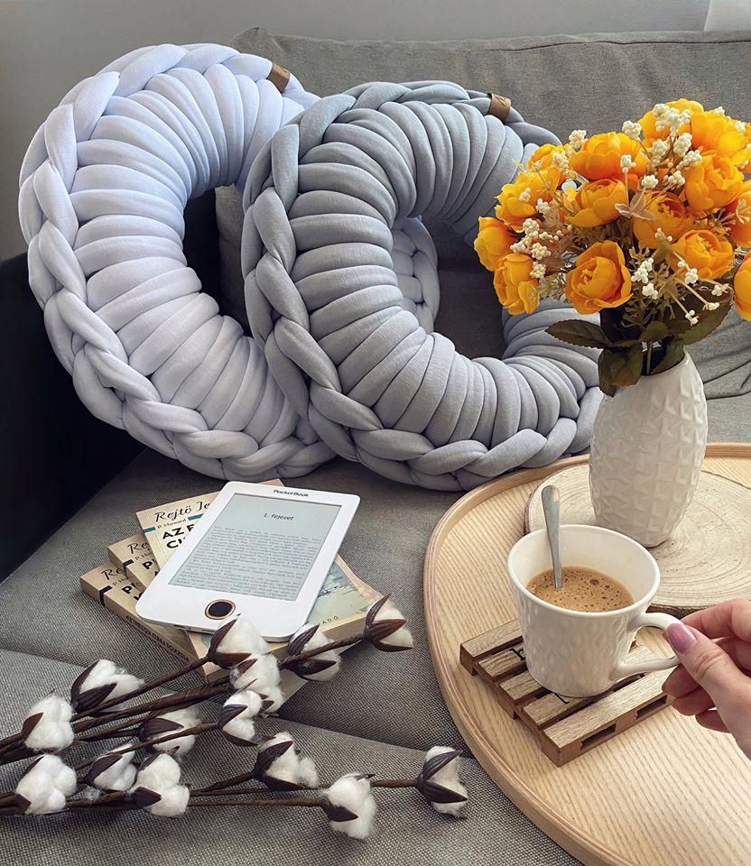 Liza, a Roomie designere kézzel kötött, puha, modern párnákat és takarókat, valamint kézműves lakásdekorációs termékeket készít, de ami a legjobb, hogy a négylábú kedvenceknek is tervez kényelmes és csinos fekhelyeket.<br />@yourroomie