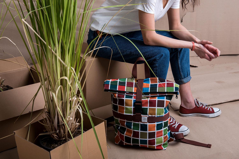 Biztosan sok anyukának ismerős a Lilla Sellei Bags, amely övtáskákat, variálható táskákat, óriás hátizsákot, valamint sok-sok praktikus kiegészítőt kínál az anyaság mindennapjaira. A 2019/2020-as őszi-téli szezon óta általuk tervezett egyedi minták kerülnek a softshell anyagokra.<br />@lillaselleibags<br />
