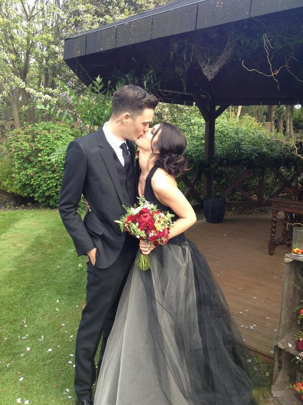 A 90210 sorozat színésznője, Shenae Grimes meglepő módon feketét választott az esküvőjére. Vajon szerencsét hoz