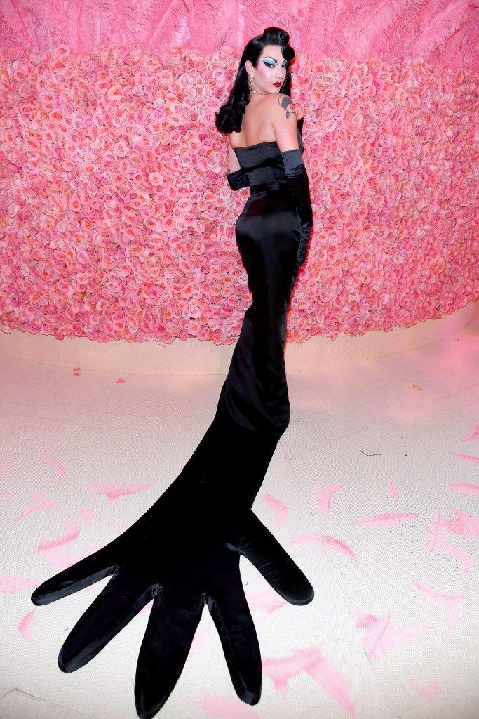 Violet Chachki kesztyű ruhája