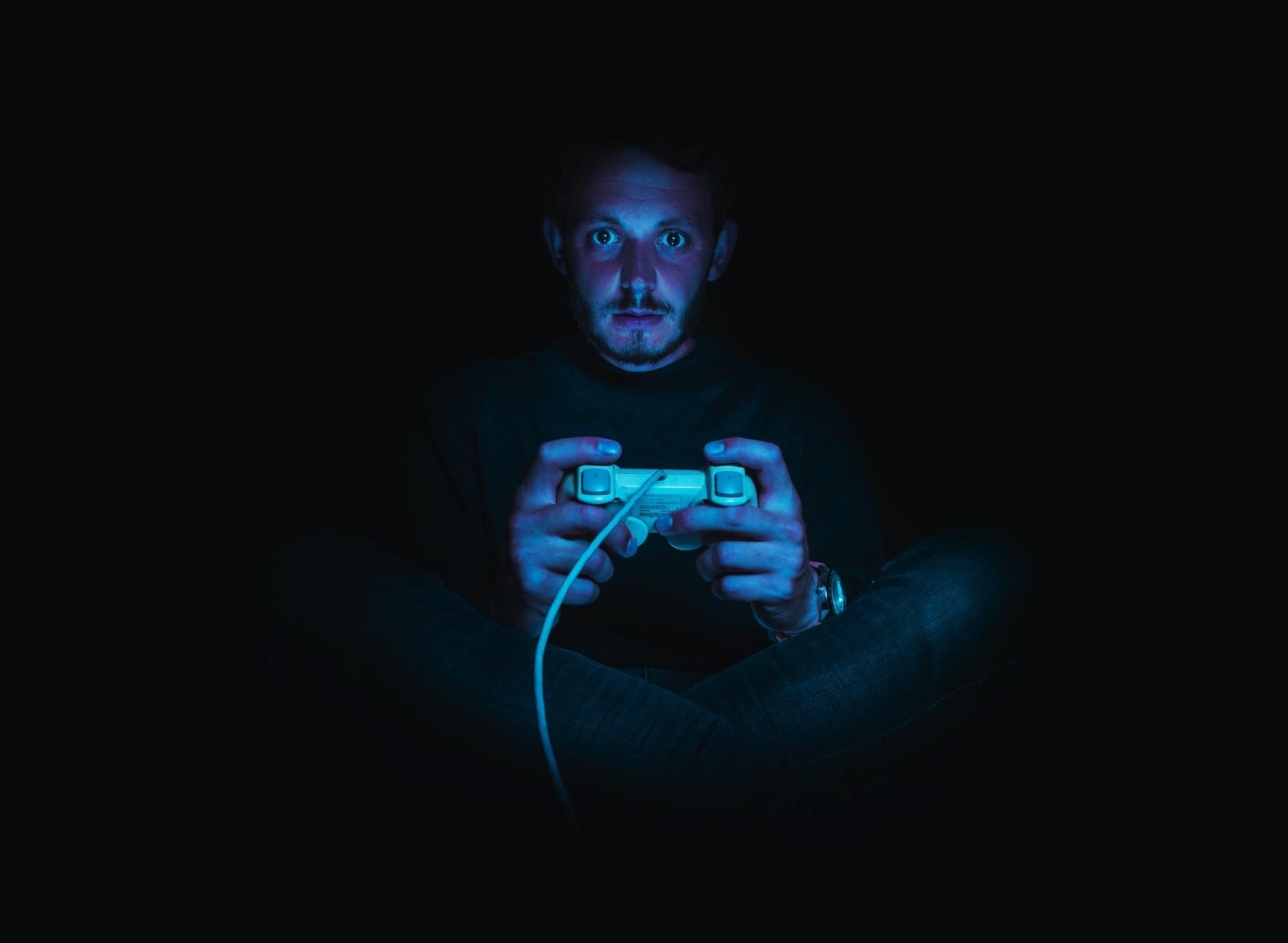 Évente 912 órával alszanak kevesebbet a gamerek