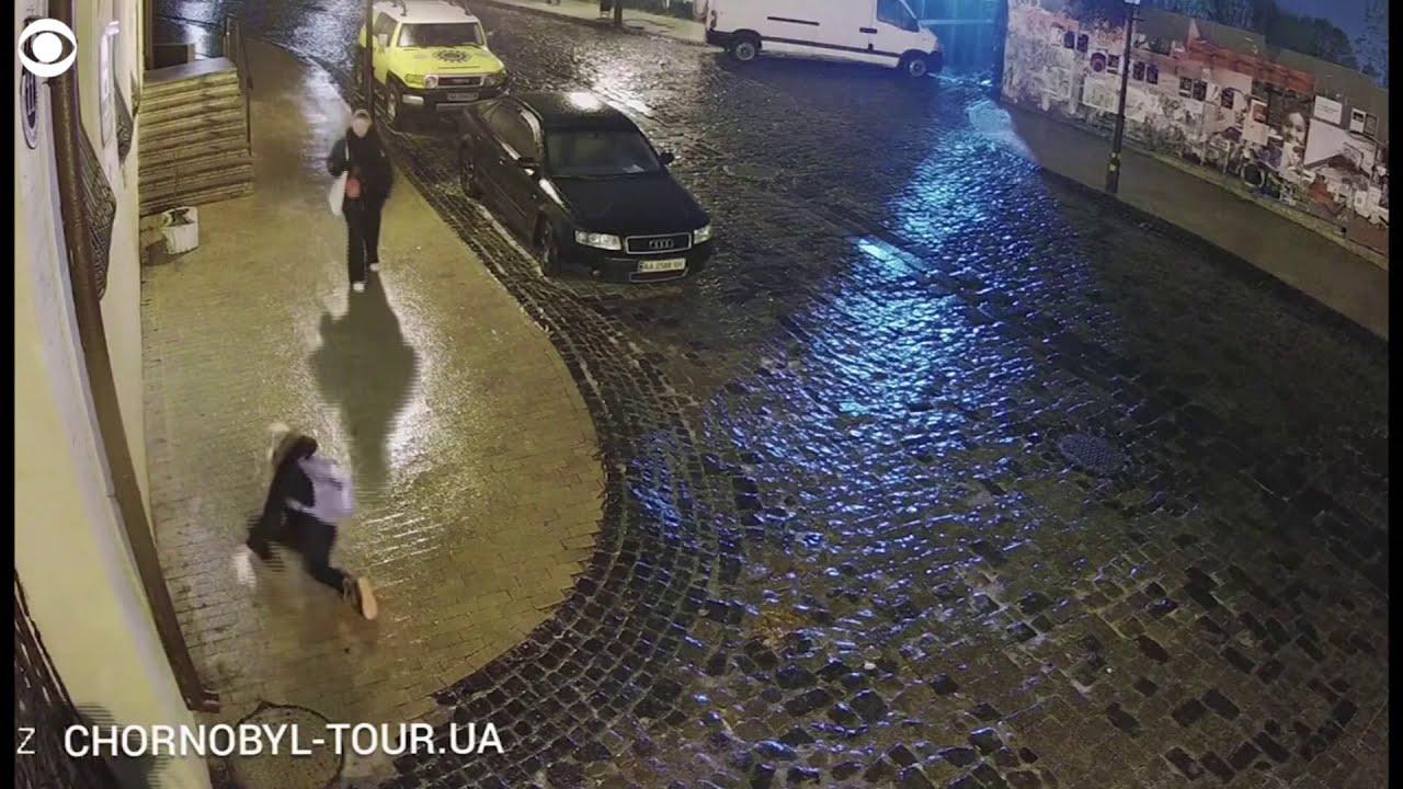 A csúszós cipőjű ukrán gyalogosért aggódik az internet
