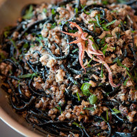 Fekete spagetti tintahallal