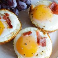 Csak három hozzávaló: szalonnás-tojásos kalácskosárka