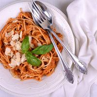 Spagetti mandulás, paradicsomos, bazsalikomos pesztóval