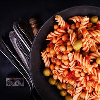 Fitt paradicsomos tészta csicseriborsóval és olívával