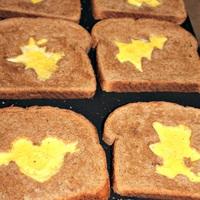 Csak 3 hozzávaló: tojás szívű kenyér