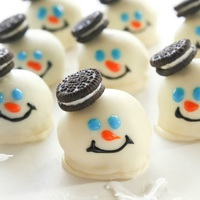 Csak 3 hozzávaló: Oreo kekszes trüffel hóemberek