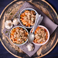 Zöldbabos, paradicsomos, oregánós tészta fűszeres csirkefalatokkal