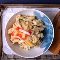 Tojáskrémes tésztasaláta roppanós zöldségekkel – lépésekben