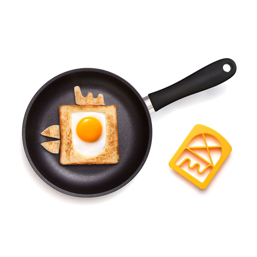 creative-egg-in-the-basket-meals-made-with-a-simple-bread-cutter-4_880.jpg