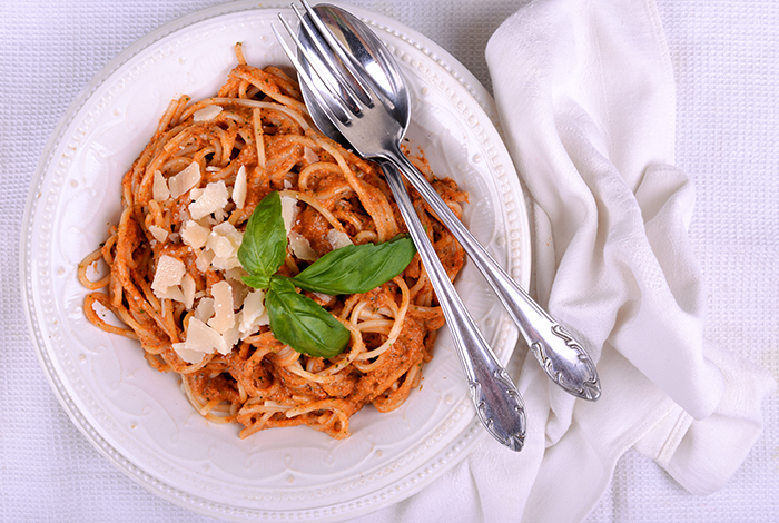 spagetti_mandulas_paradicsomos_bazsalikomos_pesztoval_kesz-700.jpg