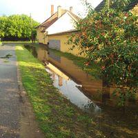 Házakat veszélyeztet a csapadékvíz, egy nagyobb esőzéskor!
