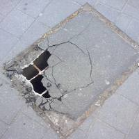 Gyalogosok, figyelem ! Veszélyes  járdaszakasz az Alkotmány utcán.A Telekom hamarosan megkezdi a helyreállítást.