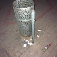 A szemétgyűjtő edényzet megérett a cserére a Fő téri buszmegállóban!